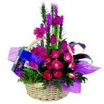 çikolata ve sepette çiçek   Aydın çiçek gönderme sitemiz güvenlidir