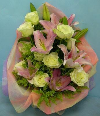 11 adet gül ve 2 adet kazablanka buketi  Aydın internetten çiçek satışı