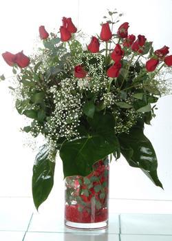 Aydın güvenli kaliteli hızlı çiçek  11 adet kirmizi gül ve cam yada mika vazo tanzim