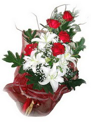 Aydın kaliteli taze ve ucuz çiçekler  5 adet kirmizi gül 1 adet kazablanka çiçegi buketi
