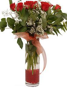 Aydın uluslararası çiçek gönderme  11 adet kirmizi gül vazo çiçegi