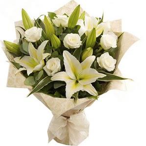 Aydın anneler günü çiçek yolla  3 dal kazablanka ve 7 adet beyaz gül buketi