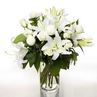 Aydın çiçek gönderme sitemiz güvenlidir  1 dal cazablanca 7 adet beyaz gül vazosu