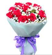 12 adet kırmızı gül ve beyaz kır çiçekleri  Aydın çiçekçi mağazası